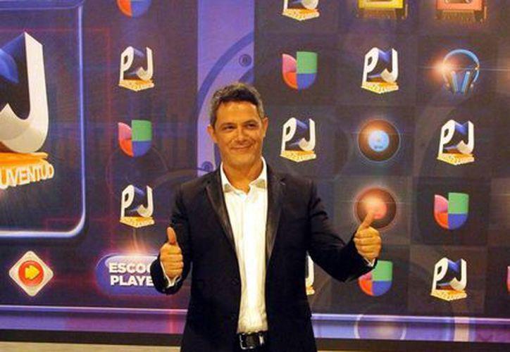 El cantautor español lanza la segunda versión del videoclip, donde comparte el tema con Alejandro Fernández. En la imagen Sanz durante la alfombra roja de los premios Juventud 2015. (Notimex)