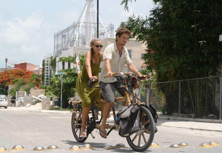 Nicolás y Markéta recorren el mundo con su bicicleta de bambú. (Octavio Martínez/SIPSE)