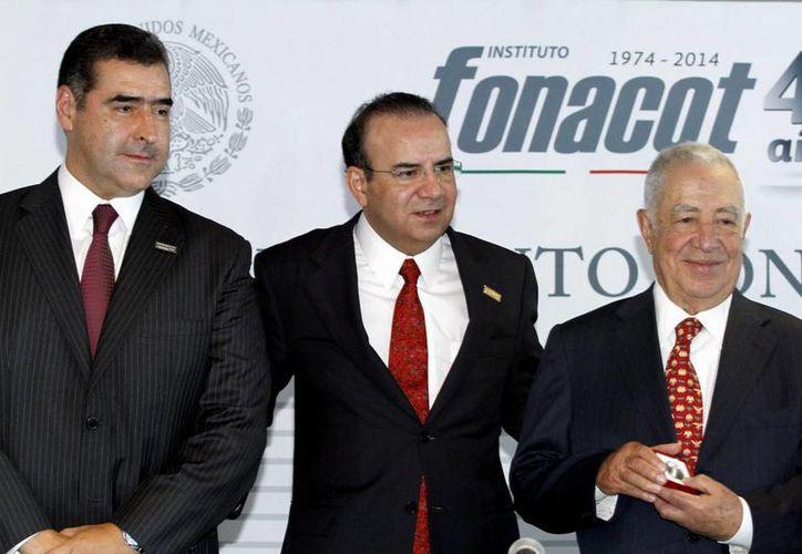 El titular de la Secretaría del Trabajo, Alfonso Navarrete Prida (c) indicó que la reducción de tasas de interés del Infonacot beneficiará a millones de trabajadores. (Notimex)