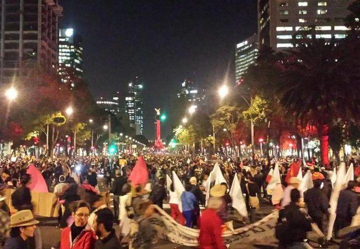 El nutrido contingente se reunió en el Paseo de la Reforma. (Twitter.com/@elgesticulador)