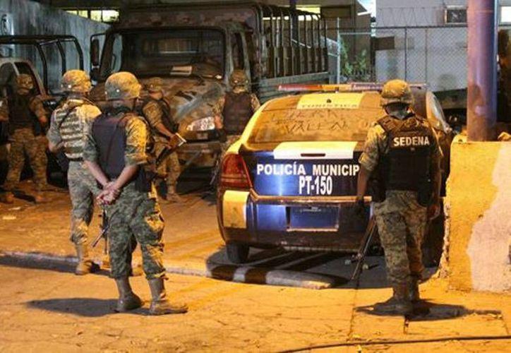 Los militares ingresaron a las instalaciones de la Policía Municipal para revisar el armamento. (Javier Trujillo/Milenio)