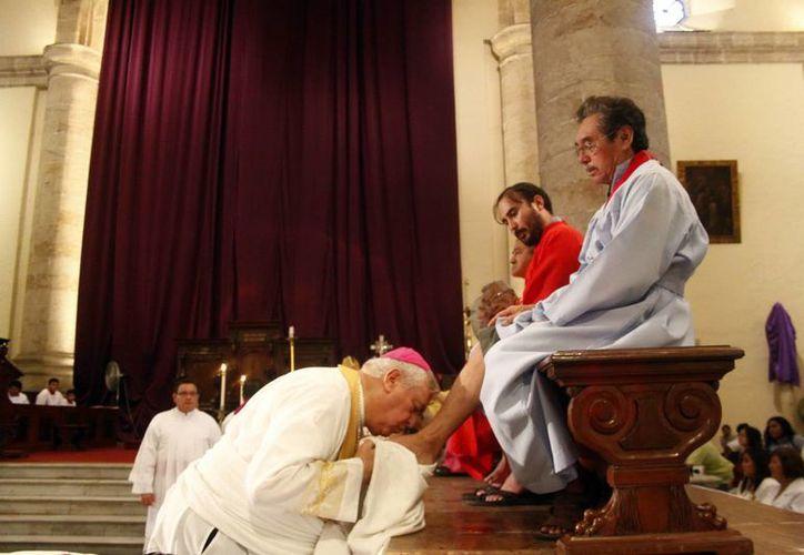 Tal como lo hiciera Jesús, Berlie Belauzarán lavó los pies de 12 discípulos de la Venerable Cofradía del Santísimo Sacramento. (SIPSE)