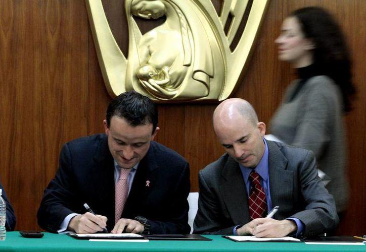 Los titulares del IMSS y la Cofepris indicaron que las pruebas de medicamentos atraerá mayor inversión de compañías farmacéuticas. (Notimex)