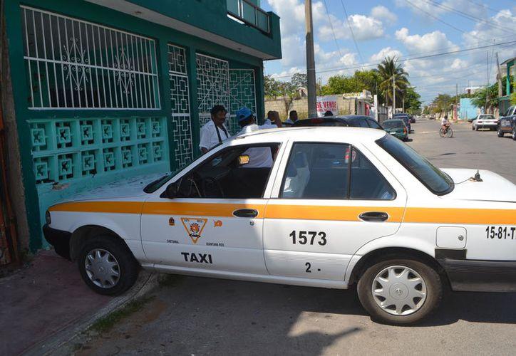 Ex taxi se impactó con una barda tras el choque en la colonia Solidaridad. (Foto: Redacción)