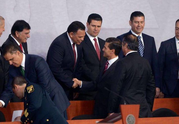 El gobernador Rolando Zapata al saludar al presidente Peña Nieto. (Milenio Novedades)