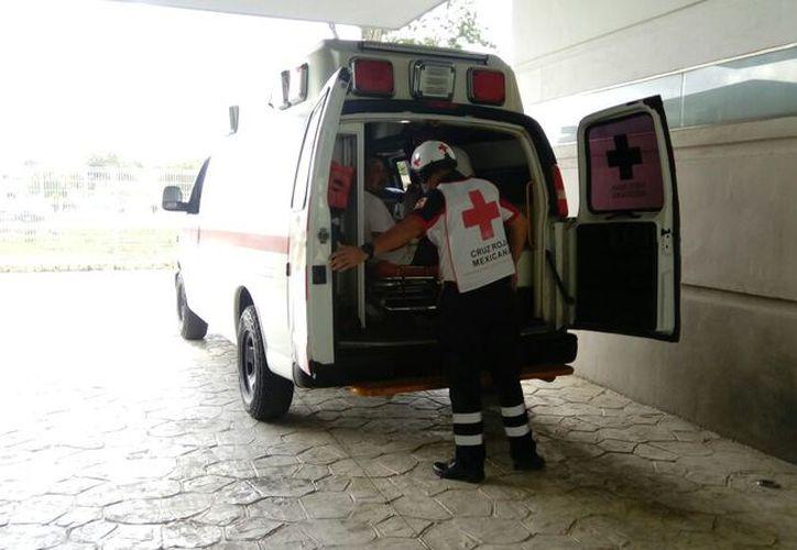 Una ambulancia de la Cruz Roja trasladó a los lesionados al Hospital General. (Eric Galindo/SIPSE)