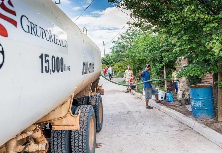 La Cofepris está levantando un reporte de daños por el derrame de tóxicos en el río Sonora. En días pasados, Grupo México distribuyó agua potable a los habitantes de la zona. (Archivo/Notimex)