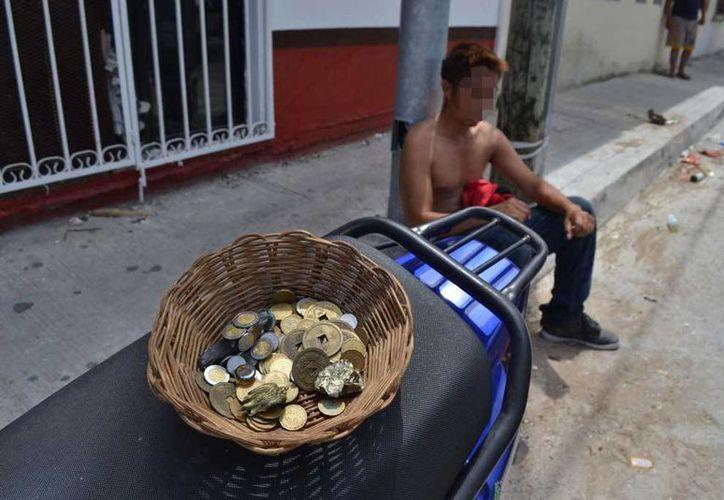 Ciudadanos detuvieron a Sebastián quien extrajo una canasta con monedas de un comercio esotérico.  (Redacción/SIPSE)