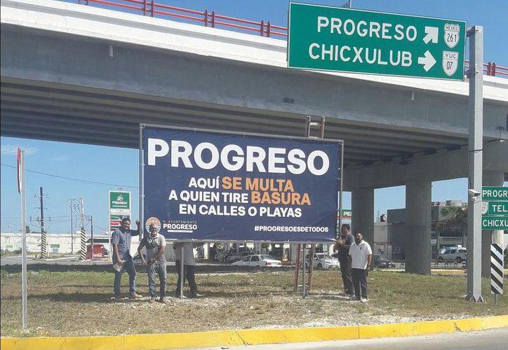 """los visitantes y turistas que acudieron a Progreso se encontraron justo bajo el puente de entrada a la ciudad, sobre la glorieta, una pancarta fijada estratégicamente con la leyenda: """"Aquí se multa a quien tire basura en calles y playas"""".  (Milenio Novedades)"""