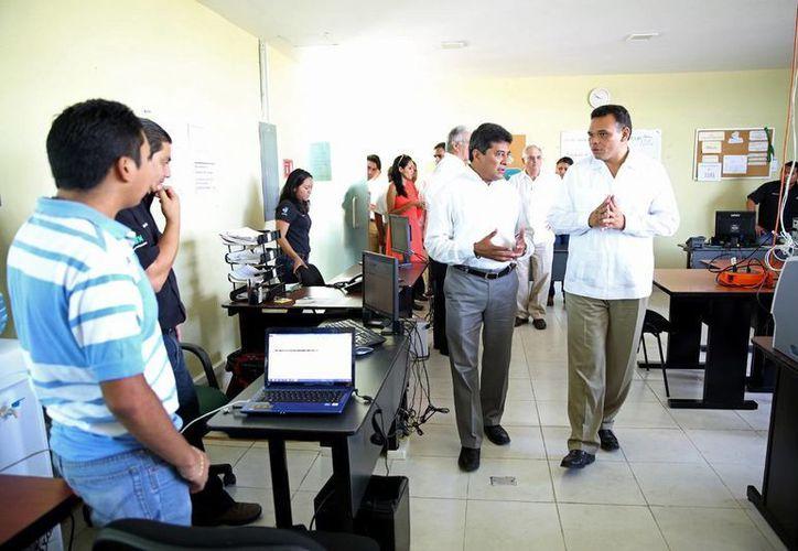 Rolando Zapata, acompañado del rector de la UTM, Ariel Aldecua, recorrió las instalaciones del plantel. (Milenio Novedades)