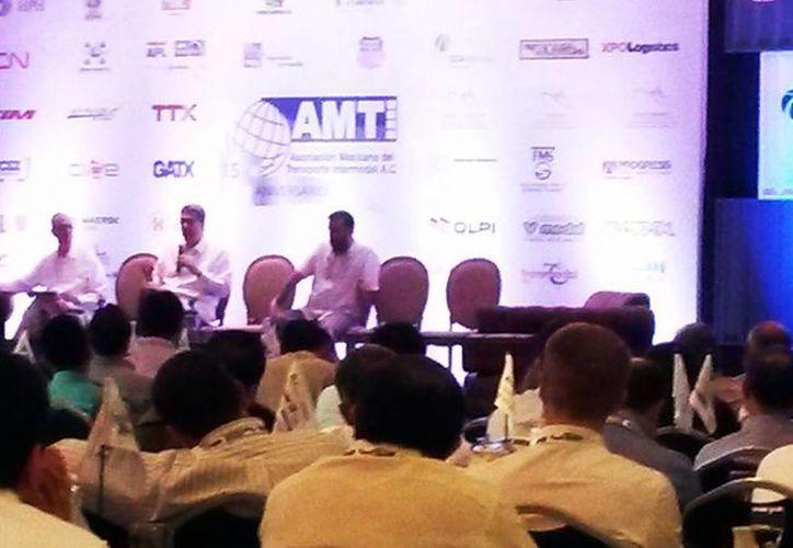 """Imagen de la Conferencia Magistral Mark Levinson """"TLCAN por 20 años"""" en el hotel Fiesta Americana en Mérida. (Milenio Novedades)"""