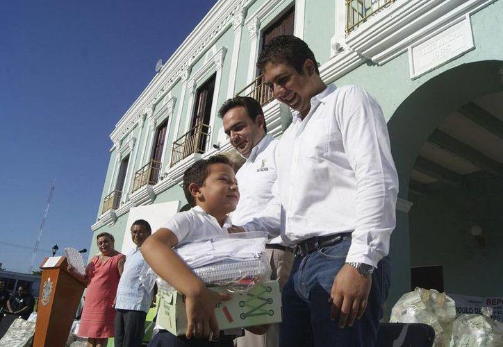 """Funcionarios estatales y municipales encabezaron el arranque del programa """"Bienestar Escolar"""". (Manuel Pool/SIPSE)"""