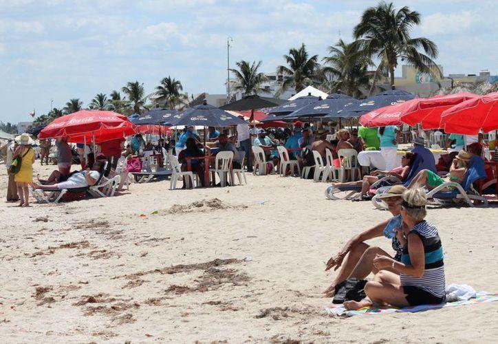 Miles de turistas que llegaron al puerto de Progreso a bordo del crucero Liberty dejaron importancias ganancias este lunes. (Gerardo Keb/Milenio Novedades)