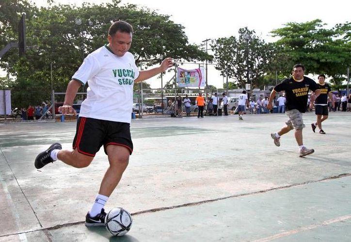 Con un juego de futbol con vecinos de la colonia Amalia Solórzano, el gobernador Rolando Zapata puso en marcha ayer el Programa Integral de Prevención Social. (Cortesía)