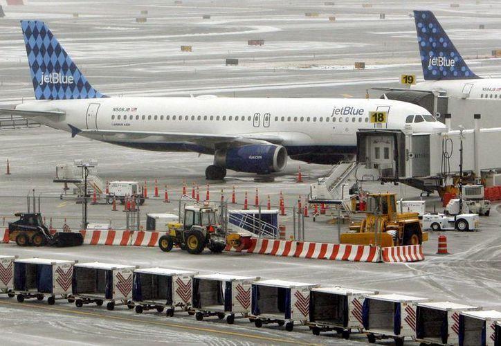 Fotografía de archivo que muestra dos aviones de la compañía aérea JetBlue en el aeropuerto de John F. Kennedy en Queens, Nueva York, Estados Unidos. (EFE/Archivo)