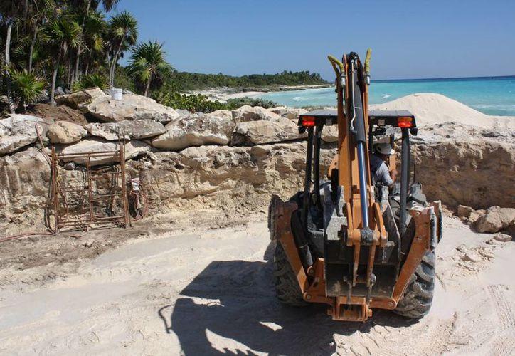 Trabajadores de una empresa constructora ejecutan las obras. (Alida Martínez/SIPSE)