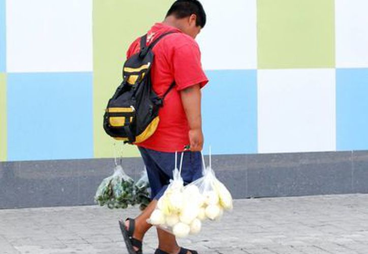 Los trabajos que realizan estos niños y adolescentes son la venta de algún artículo o alimentos en las calles. (Tomás Álvarez/SIPSE)
