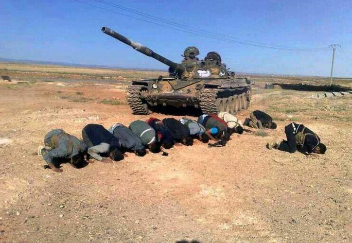 Rebeldes sirios oran en Mutayia en la provincia sureña de Daraa, Siria. (Agencias)