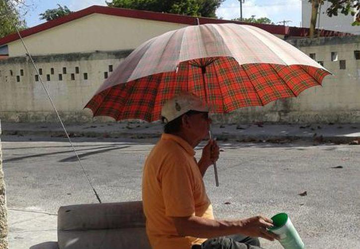 Roberto acude todos los días a la misma esquina a esperar la ayuda de sus vecinos. (Luis Soto/SIPSE)