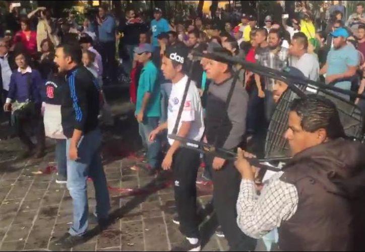 Este viernes se registró una trifulca en entre morenistas y perredistas en el Jardín Hidalgo, en Coyoacán. (Foto: Informador)