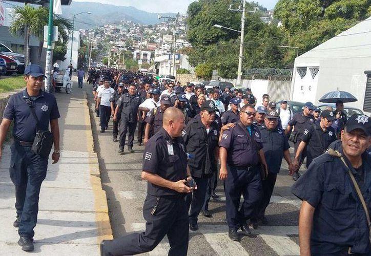 Policías municipales de Acapulco entraron de nuevo en paro con la exigencia de un seguro de vida y la petición de destitución del titular de Seguridad Pública local. (guerreroaldia.mx)
