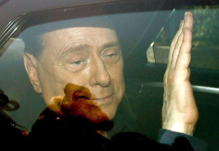 El ex primer ministro Silvio Berlusconi acude a un asilo de ancianos para prestar ayuda, como parte de una condena por fraude fiscal. Hoy libró 2 de las acusaciones más graves que pesaban sobre él: abuso de poder y prostitución. (Archivo/AP)
