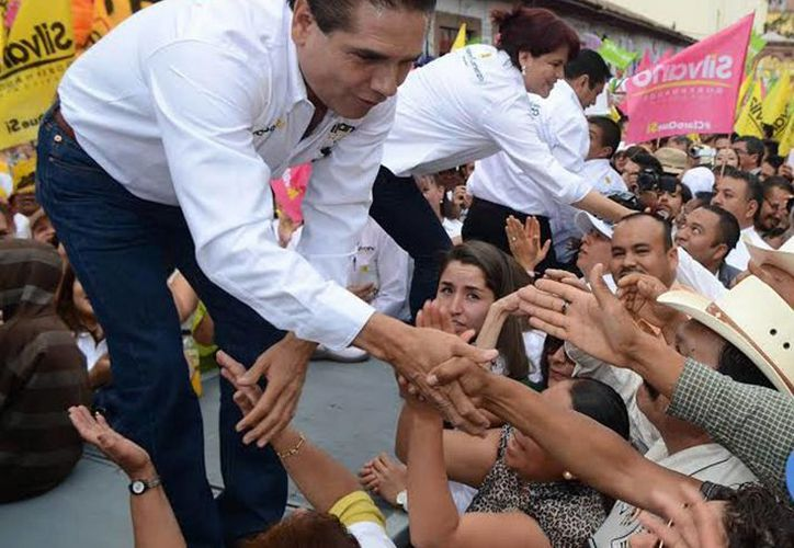 Imagen de Silvano Aureoles, candidato común del PRD, PT, Nueva Alianza y Encuentro Social a la gubernatura de Michoacán, durante un evento de campaña. Está acusado de usar recursos públicos de gobiernos municipales a su favor. (Notimex)