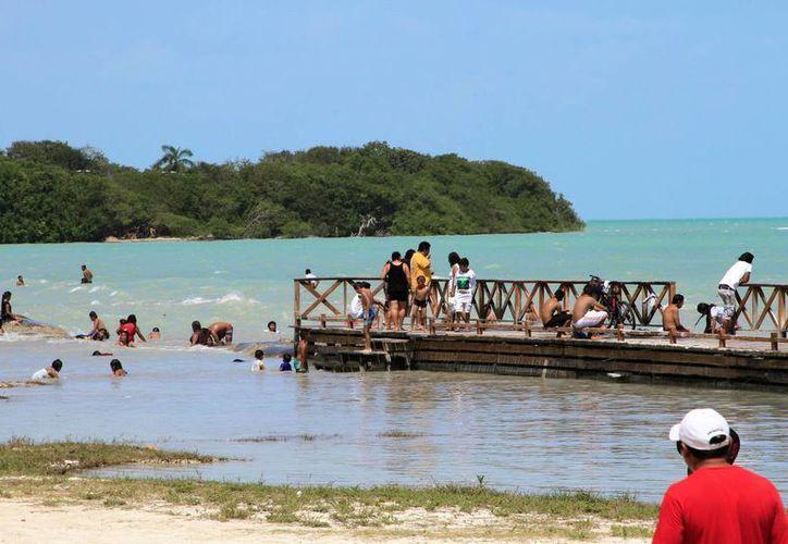 Los turistas señalan que se les han hecho cobros excesivos en el servicio de taxi. (Carlos Horta/SIPSE)