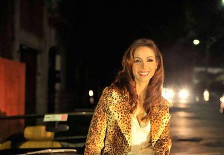 Claudia Cervantes, en medio del escándalo. En la imagen -de archivo- aparece durante la grabación de un videoclib. (mx.hola.com)