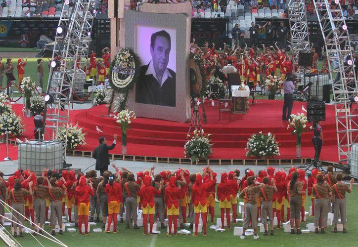 Este domingo Chespirito fue objeto de un homenaje en el Estadio Azteca, donde protagonizó El Chanfle, que mostró su lado americanista. (Notimex)