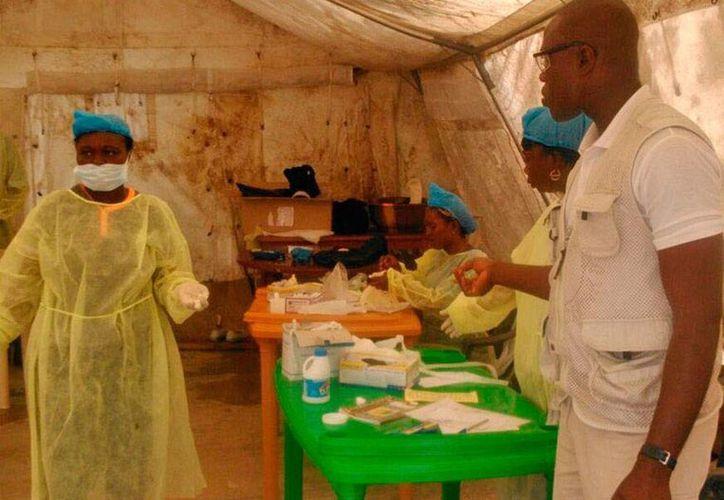 En Sierra Leona, a donde corresponde la imagen, las medidas para evitar la propagación del mortal ébola son de carácter obligatorio; por ejemplo, se han limitado las reuniones públicas. (AP)