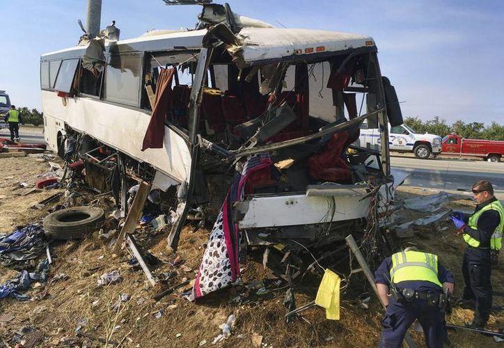 Autoridades investigan la escena de un accidente de autobús en la carretera entre Atwater y Livingston, California. (Foto AP / Scott Smith)