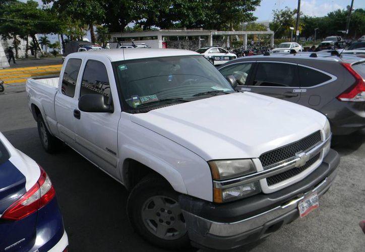 Los detenidos se trasladaban en la camioneta oficial tipo Silverado blanca con placas de circulación TB-29-908, que ya fue liberada.  (Redacción/SIPSE)