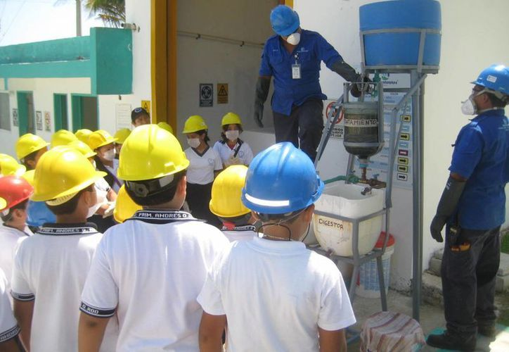 Los niños durante la visita a la planta de aguas residuales de Aguakán. (Lanrry Parra/SIPSE)