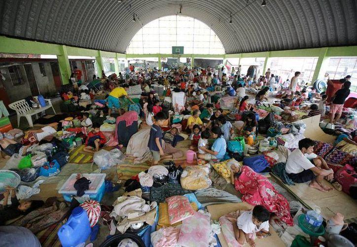 Cientos de personas permanecen en albergues en Filipinas, a causa de la tormenta tropical Fung-Wong. Las autoridades reportan al menos 5 muertos y seis heridos. (AP)