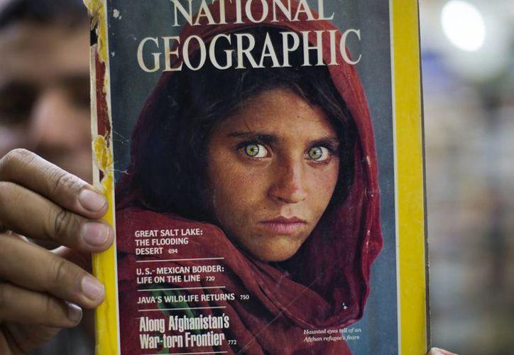 La imagen de Sharbat Gula fue una de las portadas más conocidas en la historia de National Geographic y propulsó a la entonces menor al rango de ícono de pueblo afgano. (AP/B.K. Bangash)