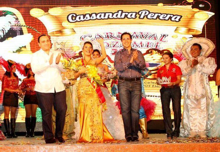 El gobernador del estado y el alcalde de la isla coronan a los reyes de la máxima fiesta cozumeleña. (Redacción/SIPSE)