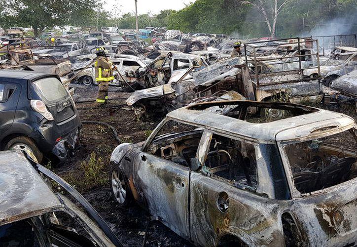 Más de 30 autos resultaron afectados por el incendio ocurrido dentro del corralón. (Foto: Jesús Tijerina/SIPSE)