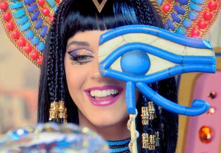 La cantante Katy Perry elegirá entre los diseños, inspirados en los 90, al ganador del día del reality show producido por Rihanna. (Facebook/Katy Perry)