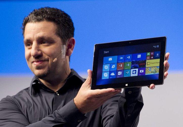 Panos Panay enseñando las nuevas tabletas a los medios de comunicación. (Agencias)