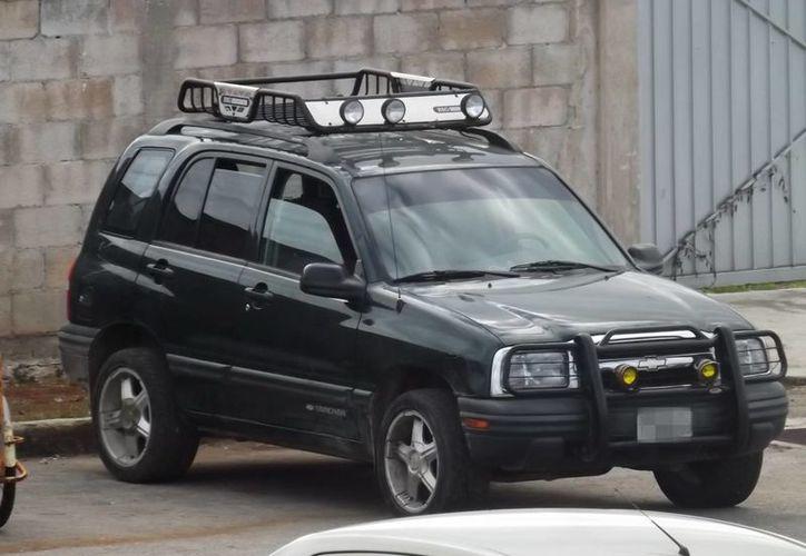 La camioneta, del molinero asesinado en Valladolid, apareció en Chemax a espaldas de un estacionamiento. (SIPSE)