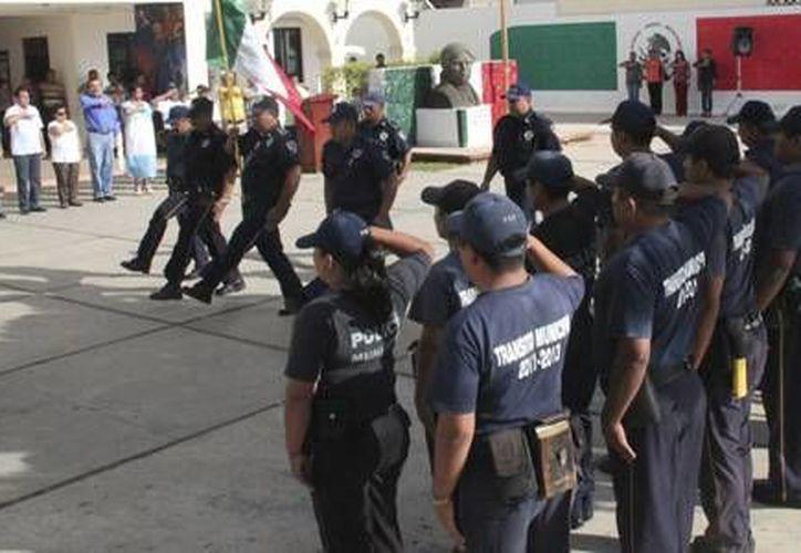 Gendarmes municipales participaron en el homenaje efectuado en la explanada del Palacio Municipal. (Redacción/SIPSE)
