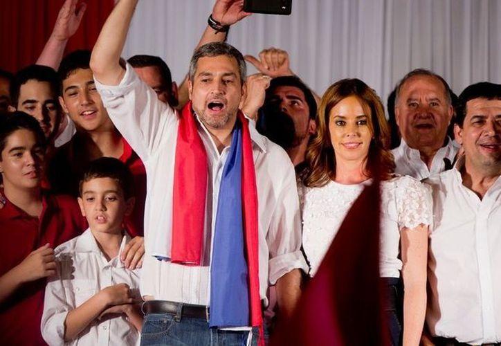 El presidente electo, Mario Abdo Benitez, del partido Colorado, celebrando su triunfo electoral. (Foto: AP)