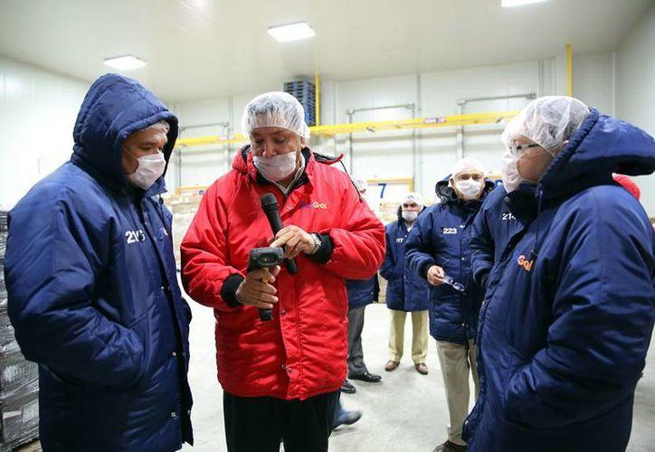 El gobernador visitó ayer las instalaciones de la empresa Gal, en la que conoció los procesos de almacenamiento de productos y los planes de expansión de la empresa. (Cortesía)