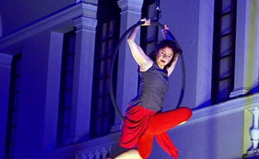 Jóvenes talentos realizan acrobacia aérea para interpretar cuentos. (Milenio Novedades)