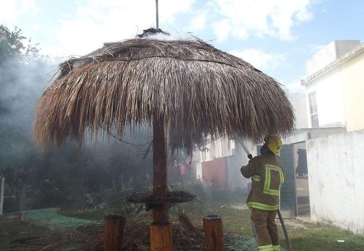 El incedio en la palapa fue por culpa de un adolescente que aventó un cohete en el lugar. (Alida Martínez/SIPSE)