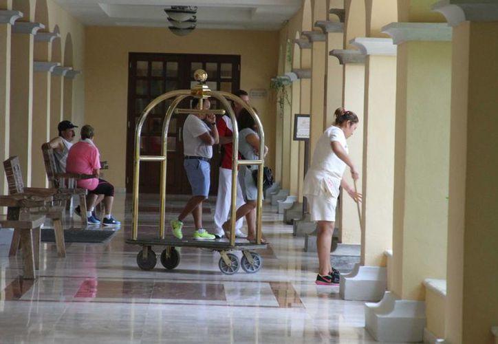 Alrededor de mil 600 trabajadores de hoteles de la Riviera Maya conservarán sus puestos temporales hasta octubre. (Octavio Martínez/SIPSE)