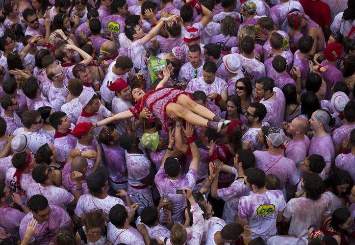 La festividad de nueve días en la norteña ciudad de Pamplona finalmente comenzó al mediodía. (Agencias)
