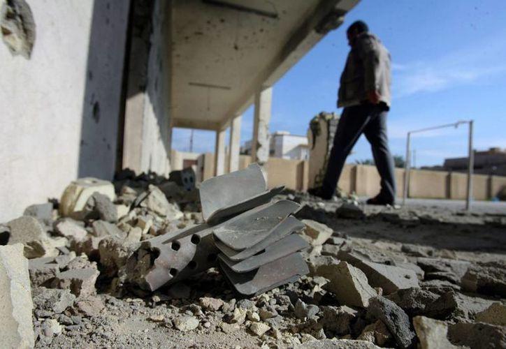 Un hombre camina en la zona donde se registró un ataque con mortero en Faluya, Irak. (EFE)