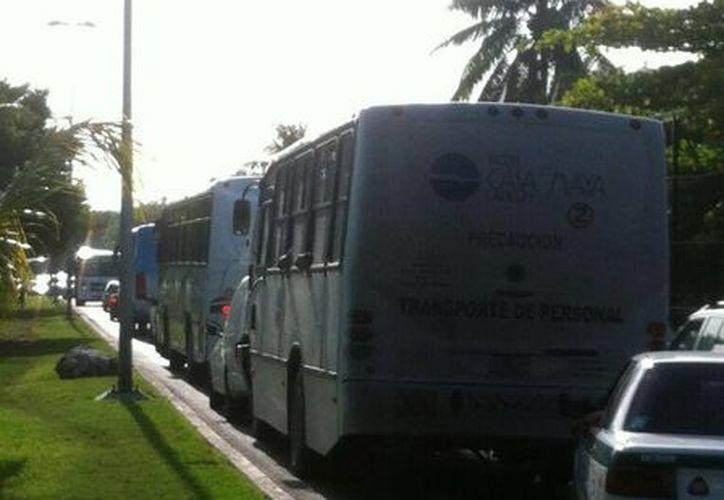 Usuarios de Twitter evidenciaron el caos vial del principal acceso a la zona hotelera. (Twitter/@EderH)